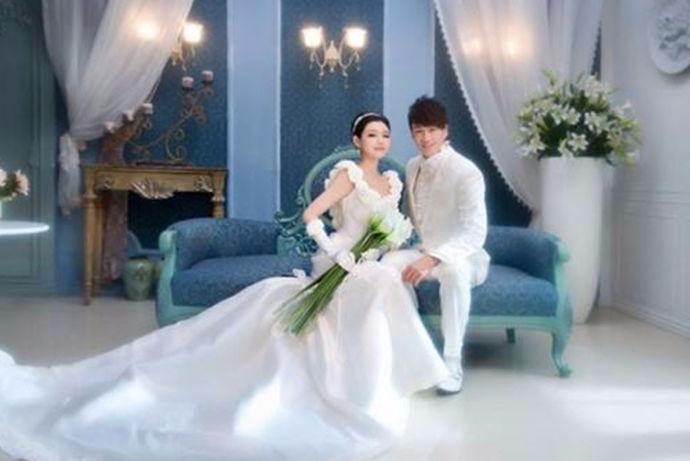 拍一张漂亮的婚纱照,记录新娘和新郎穿着婚纱的美好时刻,成为未来的美好回忆。 很多新人结婚后,觉得婚纱照拍的太匆匆而且太简单了。现在看着似乎没有浪漫的感觉。