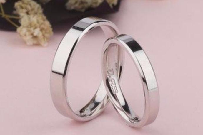 情侣戒指不光可以体现两个热恋中人的关系,而且象征着两颗心的靠近,所以一般的情侣在恋情发展到一定阶段的时候,都会购买情侣戒指来表现自己的对爱情的忠贞,那么一对情侣戒指多少钱呢?希望能够帮到您。