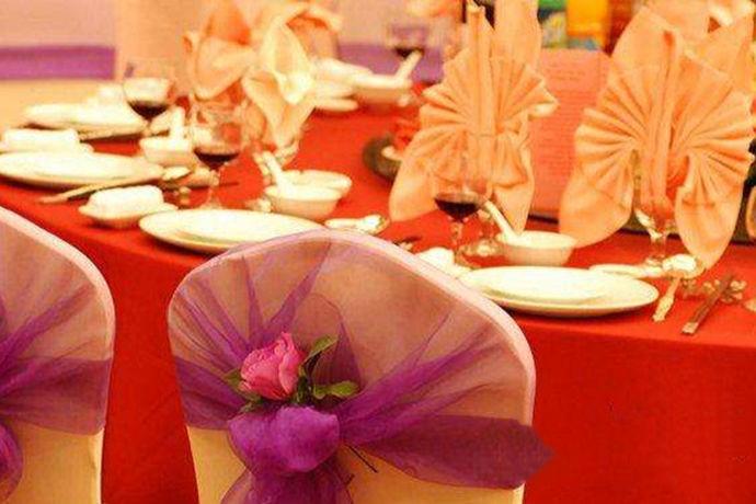 每一个人在结婚的时候都会举办一场大大的婚礼的。而且也会宴请自己的亲朋好友。那么你知道宴席菜谱大全吗?今天中国婚博会小编就给大家介绍一下。