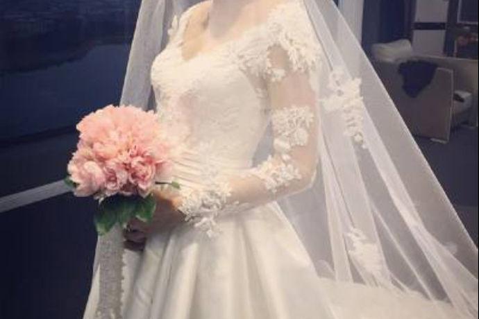 每个人一生只有一次婚礼,每个新人对婚纱照都特别的重视,因为它记录了两个人的爱情,为两个人留下最美好的时刻。所以在拍摄婚纱照的时候衣服的选择也是很重要的。