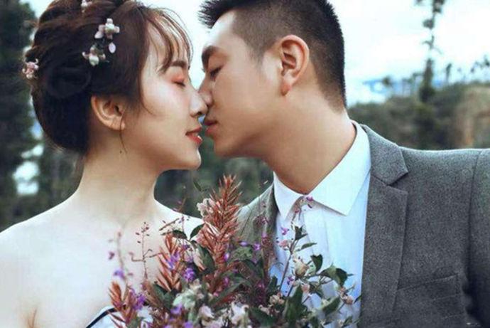 现在的婚纱摄影的类型越来越多样化,人们追求的风格也不断的改变,一般的内外景拍摄已经不足以满足现代人的需求了,尤其是80后90后步入婚姻殿堂后,他们对婚纱摄影的要求就更加的苛刻,近年来韩式婚纱摄影是很火爆的,受到了众多年轻人的喜欢。
