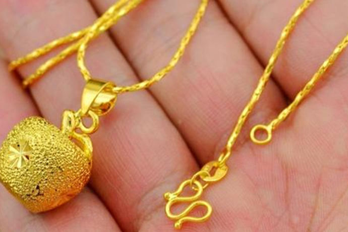 在生活中很多人都会购买黄金吊坠,黄金吊坠是一种非常富贵的象征,而且他戴着也非常的好看。在生活中如果你也想拥有一枚自己的黄金吊坠,那么应该如何购买呢?今天中国婚博会小编为大家带来金吊坠的相关介绍——金吊坠多少钱?
