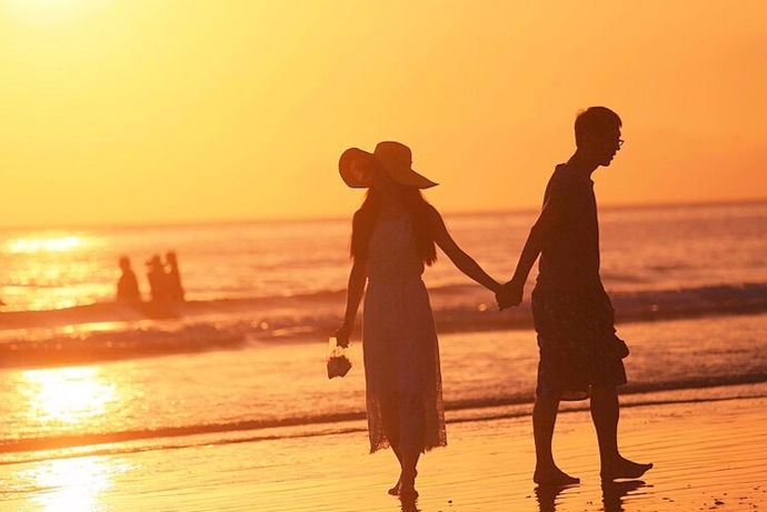 婚姻是人生中很重要的一个经过,在结婚后人们都会开始一场蜜月旅行,这样一场旅行可以让大家在确认关系后更一次的接近对方。结婚完后大多数新人都会去蜜月旅行,蜜月旅行可以提升两个人的感情。但是新人们对蜜月旅行地点并不是太了解,不懂去哪里比较好所以在挑选蜜月旅游地点是很重要的,今天就和小编一起看看蜜月旅行去哪,看看在这些蜜月旅行推荐中哪个是你喜欢的吧!