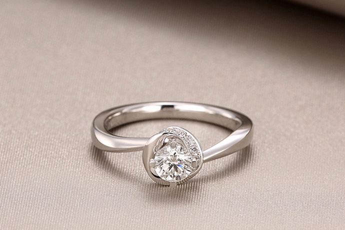 如今,无论是情侣夫妻还是单身男女,均喜欢戴一枚戒指来彰显气质和时尚,尤其是女人。而女人大都中意于钻石戒指,因为钻石不仅给予了她们美丽。那么,你知道钻石戒指有哪些品牌吗?今天就由小编带你了解一下吧。