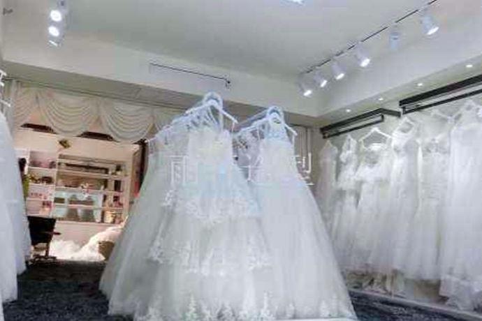 大家经常会在商店里看到很多漂亮的婚纱在橱窗展示,裙子自古以来就受女孩子的喜欢,婚纱也是裙子样式的,所以很多女孩子都非常喜欢婚纱,也都希望自己能在结婚的那天能够穿上美丽的婚纱,不过婚纱只能够在特定的场合穿,如果说婚纱买下来之后可能会不太中用,所以大部分的女孩子都会选择出租婚纱,今天小编就为大家带来哪里有婚纱出租的文案了。