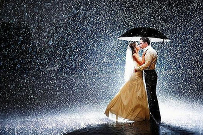 我们都知道对于大部分的人来说,拍摄婚纱照是一件非常高兴的事情。很多人都会选择一家比较靠谱的婚纱摄影店来拍摄自己的婚纱照。今天中国婚博会小编就为大家带来下雨怎么拍婚纱照。