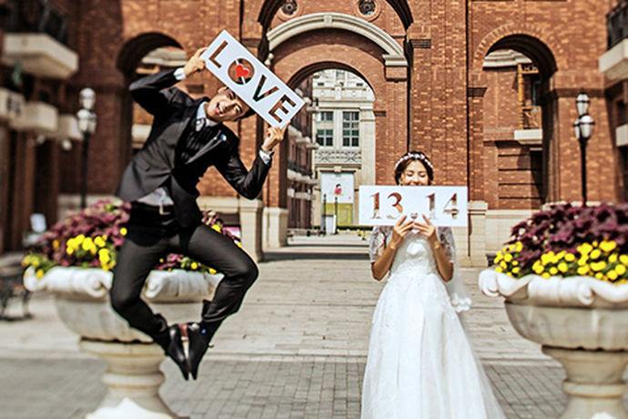 只有选择一个好的婚纱摄影工作室,才能拍摄出一组好看的婚纱照片,才能够达到自己预期的效果,今天小编要给大家介绍的是蒙娜丽莎婚纱摄影工作室,蒙娜丽莎婚纱摄影怎样呢?让我们一起来了解一下吧。