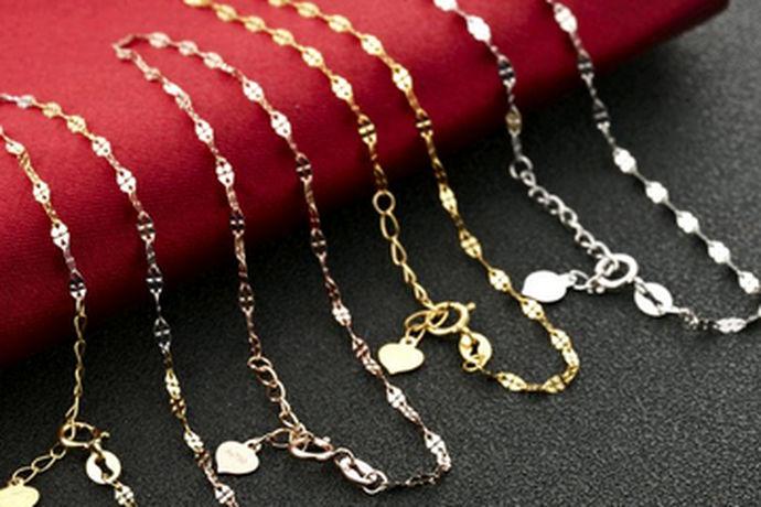 随着时代的发展,人们的欣赏水平也在发生变化,很多人会戴首饰品,耳环,项链,手链应有尽有。现在出门戴手链是一种形象的提升,能把人的美展现在别人面前。