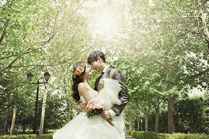 关于贵阳哪家摄影比较好,每个人评判的角度是不同的,有些人觉得影楼的知名度最重要,有些人觉得影楼的礼服款式最重要,而有些人觉得价格实惠才是硬道理。下面就和小编一起来看一看贵阳哪家婚纱摄影最好这个问题吧。