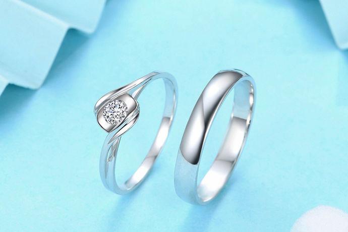 钻石一直以来在我们的生活中都是神话般具有宗教色彩的传说。迄今为止,他已经被人们视为勇敢,权力,地位和尊贵的象征,如今钻石不再神秘莫测,更不是只有皇室贵族才能享用,它已经成为百姓们都可以拥有佩戴的宝石。好钻石的文化源远流长,今天人们更多的把它看成爱情和忠贞的象征。它实质上就是我们俗称的金刚钻。是一种由碳元素组成的矿物质,是碳元素的同素异形体。你们大家知道如何介绍钻石吗?