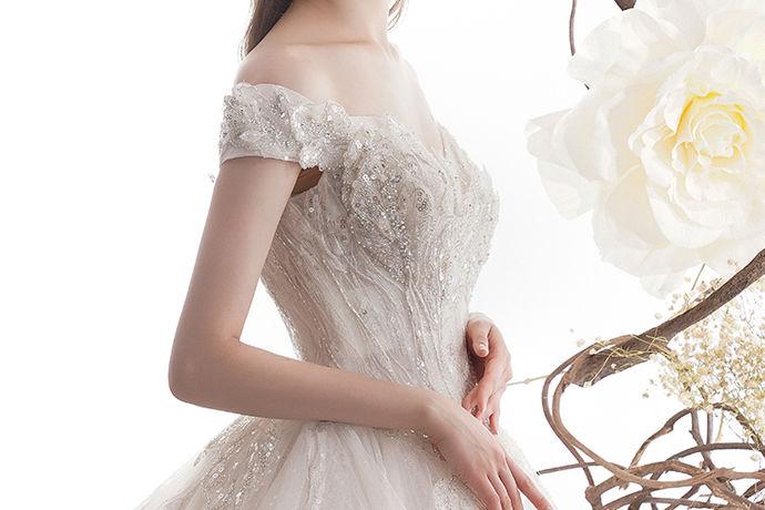 新娘对于婚礼上的婚纱总会有美好的憧憬和期待,在准备婚礼的过程中,如何挑选购买一件满意的婚纱也是很多新人会考虑的问题,下面就和小编一起看一看北京买婚纱的地方在哪这个问题吧。