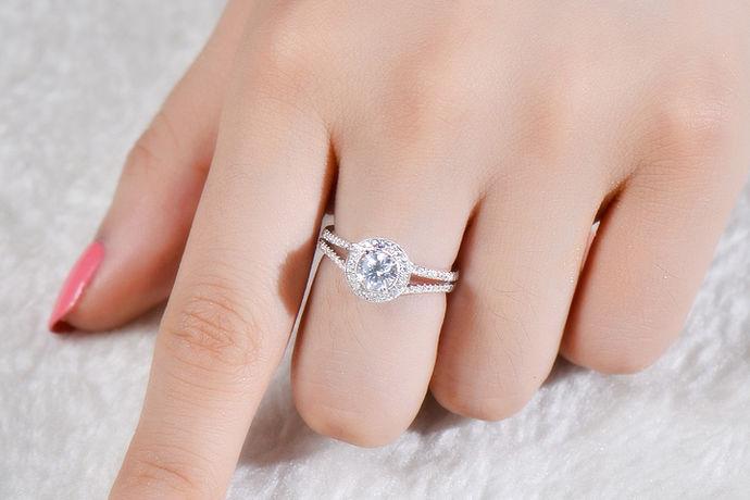 钻戒象征着美好的爱情,也是爱情的一个表达,具有纪念意义,越来越多的人结婚求婚都会选择钻戒。钻戒,顾名思义价格肯定不菲,毕竟钻石在珠宝中的地位是不凡的,是举足轻重的。所以,许许多多的女生都希望自己的另一半能够送给自己大克拉的钻戒,以证明自己的地位。不过只有少数的人实现了这个愿望,因为只有超过一克拉的钻戒才是大钻戒。一克拉的钻戒价格差不多是6万以上,那么,三克拉钻戒价格多少呢?怎样才能选出适合自己的呢
