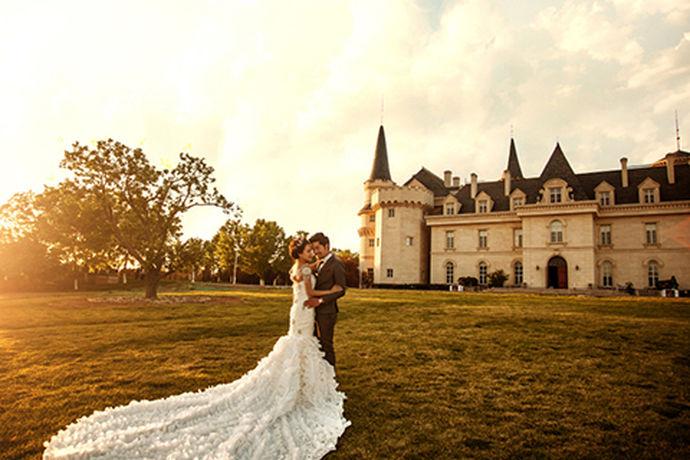 随着科技的发展,人们都喜欢在平常用拍照来纪念平常所发生的一些值得纪念的事情,而且拍结婚照能够促进夫妻二人之间的甜蜜度,在很多日子之后,看起来也是非常值得回忆的,而且在如今拍结婚照好像已经成为结婚之前所必须要经历的一个仪式感了,今天小编就为大家介绍一下拍结婚照要几天吧。