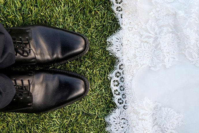 结婚是两个相爱人一生中的一件大事之一,结婚不仅是两个相爱的人的承诺,也代表着从此以后两个人共同承担一部分的责任,也是两人白头到老,永结同心的一辈子承诺,结婚也有许多很讲究的事情,比如结婚穿什么颜色鞋子?下面小编来告诉大家吧!