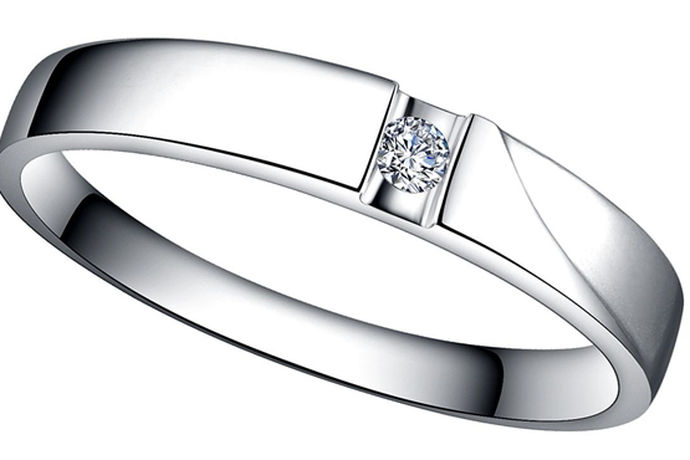 白金是铂金,按照规定只有铂金才能称为白金。现在市场上很多品牌都会推出白金戒指,老凤祥白金戒指就是其中之一。白金是一种昂贵的珠宝。白金是白色和完美的。它不像黄金那么显眼,但却给人一种低调奢华的感觉。当然,价格会更贵。白金以其低调素雅的戒指材质受到了消费者的喜爱。