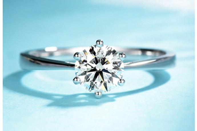 众所周知,钻石是一种有独特意义的宝石,一般都是爱人结婚在一起的时候,男方送给女方的礼物,慢慢的钻石戒指也逐渐变成了爱情的象征,想必我们都知道,钻石的珍贵和美好,因为钻石能保存很久,所以很多爱人之间也正看中了钻石这个寓意,所以才在结婚的时候选择钻石来代表两个人爱情的象征,但很多小伙伴们在买钻石的时候也可能买到假货,那么,如何鉴别真假钻石呢,下面就让小编来给大家说一下吧。