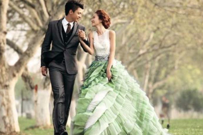 婚纱照有很多的场景可以选择,室内,海边,外景也是其中一个。外景的婚纱照拍摄可以有着更多的动作选择,因为有着更多的场景和景色。外景婚纱照姿势都可以怎样做,接下来婚博会小编就来和大家说说。