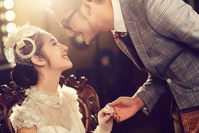 结婚不仅是一个非常重要的日子,而且还十分的浪漫。几乎每一个人对自己的婚礼都是十分期待的。那么今天中国婚博会小编就给大家介绍一组结婚图片大全浪漫图片。