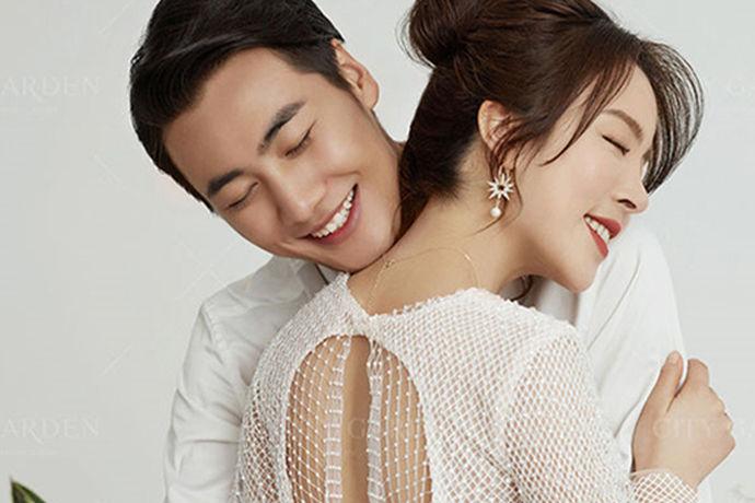 一说到结婚的话,肯定少不了的一个步骤就是拍婚纱照,但是很多人都是第一次经历这种事情,所以就没有太多的经验,那么婚纱摄影拍摄流程和注意事项有哪些?下面就由中国婚博会小编为您简单的介绍一下相关的内容吧!