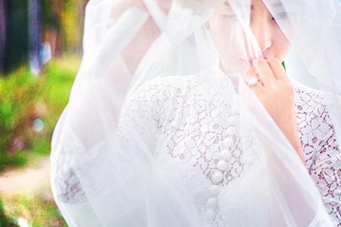 女孩一生中最美丽的时候是她穿上婚纱的那一刻。每个新娘都想拥有自己理想的婚纱,而这需要做出很多准备,看到很多风格,选择对自己最好的。那么适合自己的婚纱照如何选择婚纱呢?