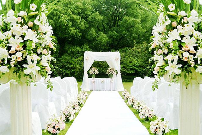 筹备婚礼需要筹备的事情有很多,需要准备的东西也有很多,除了挑选日子之外,挑选婚宴酒店之外,还是需要确定一下婚礼主题,以及布置婚礼会场拍摄婚纱照,购买婚礼用品等等,可以说是新人得拿出一年甚至更长的时间来准备的。