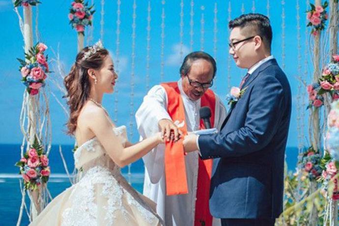 如今,传统的婚礼已经被蜜月婚礼所取代,因为蜜月婚礼不仅能巧妙地将婚姻和旅行结合起来,还能节省金钱和劳力。因此,它很受年轻新人的欢迎和喜爱。年轻人如今已经不仅仅局限在国内,更多的喜欢海外蜜月旅游结婚。蜜月结婚的选择很多,下面和小编一起看看qwedding芊寻海外蜜月婚礼吧,一起了解一下。