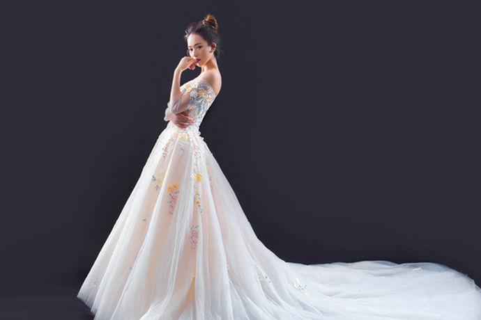 对于现在的人结婚的话肯定是少不了婚纱的,穿上美美的婚纱,嫁给自己爱的人真是很多的女生一生最美好的愿望,但是很多人对婚纱礼服的这方面的知识并不是特别的了解,下面就中国婚博会小编为您简单的介绍一下关于,一生一纱专业婚纱礼服定制的相关内容吧!