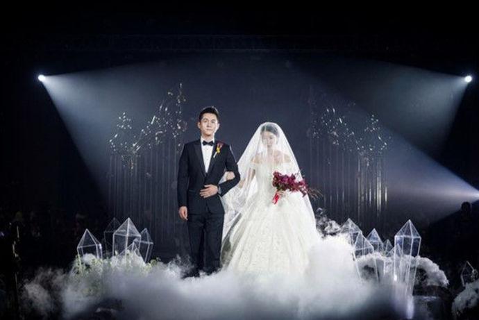 婚礼上用摄像机进行摄像,已经成为了现在非常流行的用来跟踪记录婚礼全过程的一种方式,以便在未来的某一天重新观影,能够回忆起这幸福快乐的时刻,那么婚礼摄像用什么镜头呢?