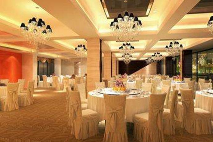 现在新人在举办婚礼的时候,一般都会选择在酒店进行举办。有时候还会选择一些比较好的酒店。在选择酒店的时候一定要提前预约,看看还有没有位置,那么你知道上海半岛酒店婚宴预订吗?今天中国婚博会小编就给大家介绍一下上海半岛酒店婚宴预订。