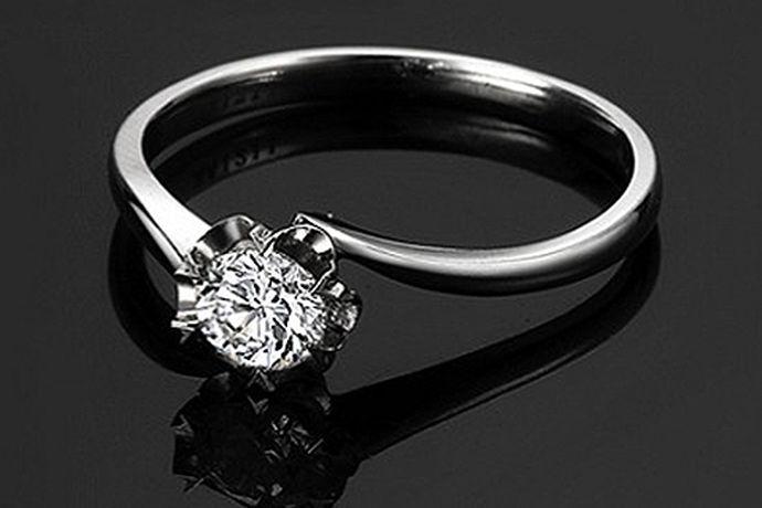 随着人们生活水平的不断提高,对于生活质量方面的要求也越来越高了,卡地亚结婚戒指,一个独特的设计,为每一对爱人设计出不一样的结婚戒指,不一样的卡地亚钻戒,不一样的爱情。每一份爱情,都存在着不够完美的地方,所以在选择卡地亚结婚戒指时,一定要选择出纯度较高的戒指。卡地亚戒指,在制造每一颗钻戒时,都选用纯净的钻石,让顾客能够挑选出最为纯净的钻石,让自己的爱情更加的纯净和及富吸引力。每一颗纯净的卡地亚钻戒,