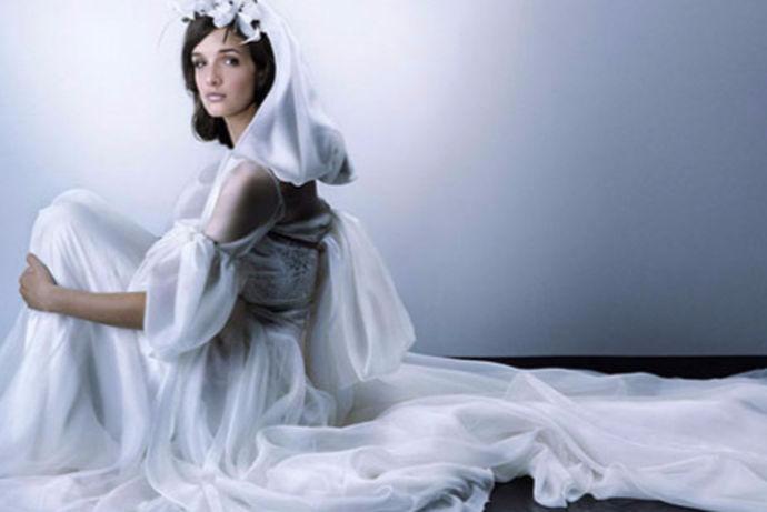 现在社会中很多的人都喜欢研究星座,觉得通过星座可以看出一个人的性格和运势,每个星座也有适合的衣服和首饰,婚纱对于女孩来说就像深情有处安放,而且婚纱的精致美妙能让女孩的婀娜更好地展现,因此便成为了女孩期待的服装。其实不同的星座适合的婚纱类型也是不同的哦,我们来看一下十二星座的水晶婚纱和礼服吧,下面就和小编一起来看一看12星座的婚纱及礼服这个问题吧。