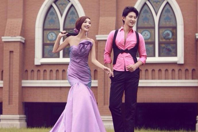 随着国家越来越富强,与西方的交流越来越广泛,西式婚纱也渐渐的流入了中国。婚纱也成为了每个女孩子的梦想,每个女孩都梦想能够穿上婚纱嫁给自己最喜欢的人。也有更多的人喜欢在结婚前拍上一套美丽的婚纱照,那么你们知道在选婚纱影楼的时候应该要注意什么吗?今天就让小编带大家一起去了解一下选婚纱影楼注意事项吧。