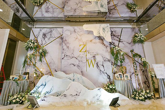 每一个人对于自己的婚礼都有着不一样的要求,在婚礼中一些出席婚礼非常重要的人员,新人会给他们准备衣服。今天中国婚博会小编就为大家带来婚礼高档婆婆礼服图片。