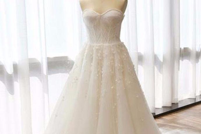 随着中国经济日益发展,人民生活水平也越来越高,在吃穿住行方面的要求也越来越节不能忽视,比如说,婚礼上会穿的婚纱或者拍婚纱照的时候穿的婚纱礼服,这点一直是人们很重视的一件事情,特别是新娘对于婚纱要求也会多一点,毕竟谁不想在自己结婚那天穿上美美的婚纱呢?因为一辈子也就一次呀,很多新娘都想定制一款婚纱属于自己的婚纱礼服,如果是要定制的话,那么价格方面,这又是一个让人好奇的问题。