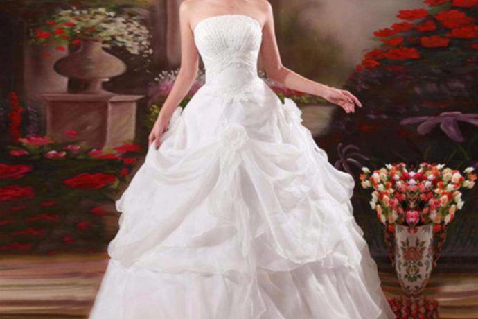 婚纱是每个女孩都梦寐以求的一件衣服。穿上婚纱就意味着自己会和今后共度一生的人走上红地毯,相互交换戒指,一起念出誓言,然后共度余生。所以说婚纱是神圣和美好洁白的,就像《爱情公寓》里一样,美佳她们一集里面,争相穿着婚纱,都是为了想体现出自己美丽的一面。所以说婚纱还可以将女性的身材和美丽最大程度的体现出来。可是一件婚纱的价格并不便宜,很多人都会选择去租婚纱,那么租婚纱一天需要多少钱呢?