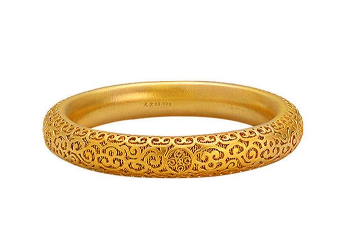 黄金自古以来就受到许多人的欢迎。它不仅是一种通用的货币,而且还可以制成消费者喜欢的黄金首饰,如金项链、金手镯、金戒指等。它受到许多消费者的青睐,是一个热门市场其中的一个产品。人们在购买黄金产品时,除了黄金价格和款式外,许多消费者都重视其品牌,但现在国内有许多黄金品牌,大小不一,有上百个,使大家难以选择。因此,根据消费者的受欢迎程度,一些业内人士列出了这些品牌的清单。