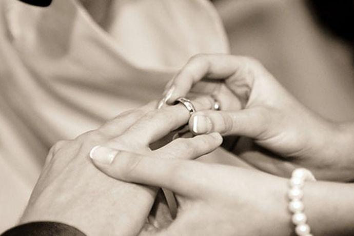 要结婚的新人们肯定是要做一些准备工作的。拍摄婚纱照做好的准备工作是必须的,选择一家合适的婚纱摄影工作室是新人们能否拍出一套完美的婚纱照的必要前提之一。