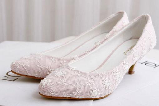 伴娘服可以配小白鞋吗