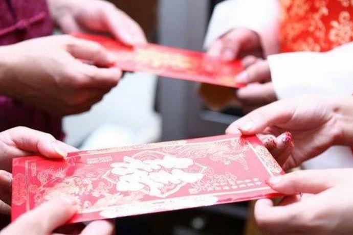 在整个婚礼的过程中一般包含着很多流程,内容非常的繁琐,一环扣着一环。其中有一项流程就是婚礼时晚辈给长辈敬茶,然后长辈会适当的给晚辈一些改口费,也叫敬茶改口费。改口的仪式一般只有一次,有的新人是在订婚的时候,而有的新人则是在婚礼仪式的时候。那么改口费给2000少吗?改口费给多少最合适呢?