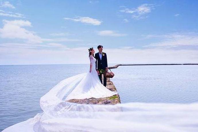现在婚纱摄影特别火爆,而且拍摄婚纱照好像成为一种非常时尚潮流的事情,拍摄婚纱照也是在正式举行结婚典礼之前所必须的一个仪式感了,因为婚纱照会有很多的作用,不仅仅是为日后纪念自己年轻时的爱情,而且还方便暂时给给你当天的宾客们观看,那么今天小编为大家介绍的就是三亚爱神码头婚纱摄影了。