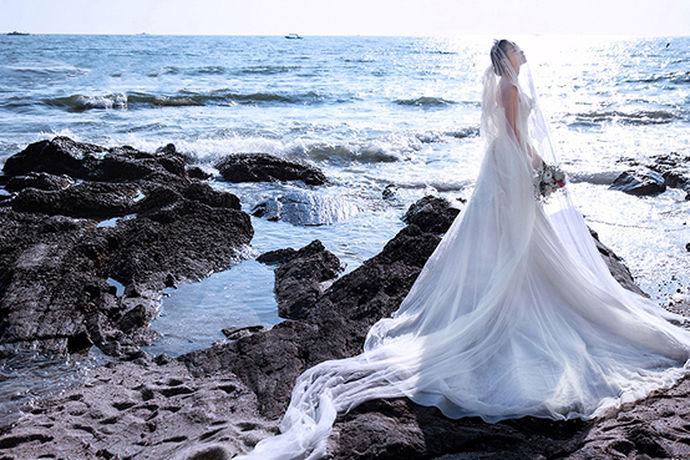 拍摄婚纱照是每一对新婚夫妇在筹办婚礼时最向往的一件事情,因为拍摄婚纱照虽然累,但是很开心,能够与自己的另一半拍摄出好看的婚纱照,但是拍摄好看的婚纱照必须要有一个非常强的摄影团队,因为拍摄婚纱照并不是一件简单的事情,需要专业的摄影以及服装造型,那么今天小编就来为大家介绍一下三亚本色视觉婚纱摄影。