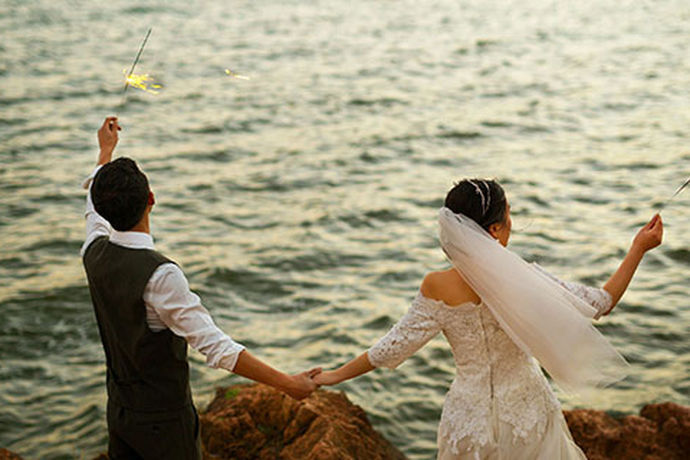 大部分的新人对于自己的婚礼都是比较重视的,很多人都希望能够拥有自己的一场非常难忘的婚礼。今天中国婚博会小编就为大家带来婚礼是配领带还是领结?想要了解可以看看。