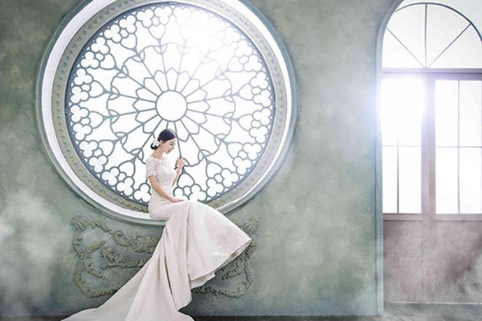 每一个人对于自己的婚纱照都有着不一样的要求,在生活中市面上有很多家不同的婚纱摄影店,今天中国婚博会小编就为大家带来婚纱照内景还是外景好?如果说你想了解可以看看下面的介绍。