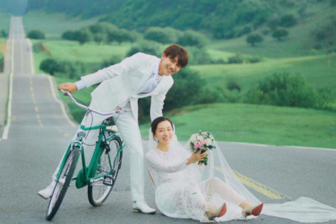 有些人在结婚的时候必须要拍照婚纱照,然而有些人可能就不会拍摄婚纱照,可能就是因为婚纱照的价格有点儿贵。不想在婚纱照上花费钱,的确有些婚纱照确实需要一笔很大的开销。今天中国婚博会小编就给大家介绍一下唯一视觉婚纱摄影价格。
