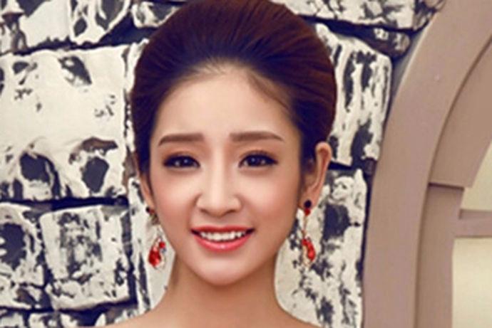 每一个人对于自己在婚礼当天的妆容和造型都有着不一样的要求。大部分的新娘都希望自己是婚礼当天的主角,因此他们都希望自己是最美丽的。今天中国婚博会小编就为大家带来新娘红色礼服发型图片。