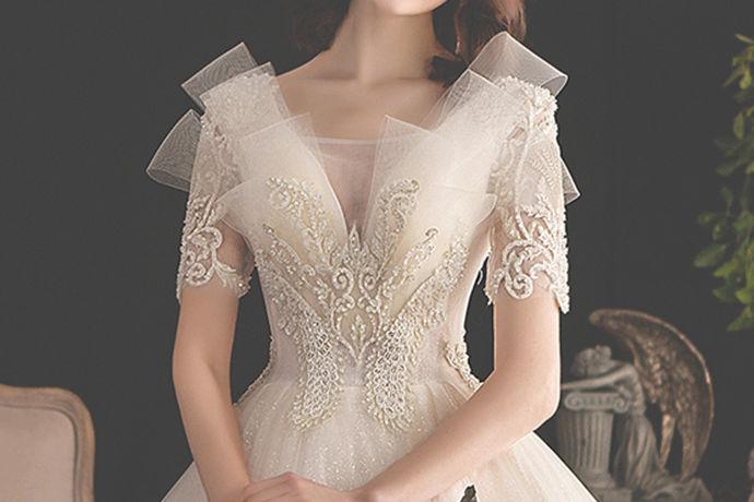 每一位新娘都希望自己在婚礼中能够是最美的那一位,因此他们在婚礼中总是会精心打扮。今天中国婚博会小编就为大家带来租婚纱好还是买婚纱好?如果说你想了解相关的内容,可以去看看下面的文章。