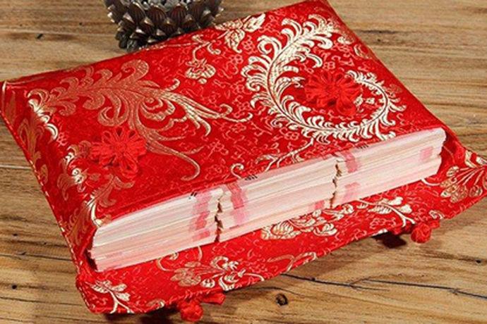 黑龙江省的彩礼分为三个等级,一个是3万元左右,一般男人会有一个婚庆房、一辆车、女人的嫁妆房装修、蜜月旅行费等;二是标准的彩礼分配,金额在8万元到10万元之间,并且有一个改口婚姻习俗。在黑龙江地区,改口费是1-2万元;第三是100万元的婚礼,彩礼是按几十万元计算的,豪华。汽车别墅是标准配置。