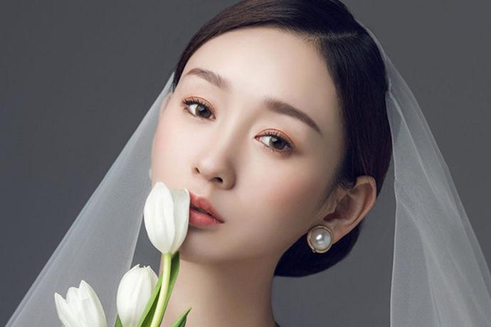 考虑2020年结婚的准新娘们,韩式新娘发型是很不错的选择。在婚礼当天束起唯美的韩式新娘发型简直迷人到爆炸。下面就是韩式新娘发型2020推荐 。