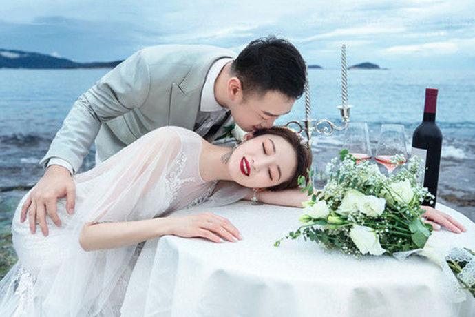 """玫瑰星座摄影工作室由专业摄影团队、化妆团队、数码设计团队组成,为您量身定制拍摄方案,完美记录您的美好瞬间。2000年被""""中国人像摄影学会""""、""""婚纱摄影专业委员会""""评为""""中国婚纱摄影百强企业""""。"""