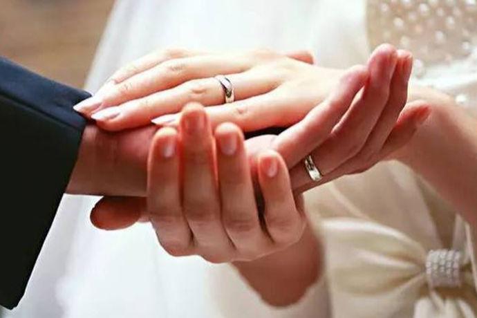很多新人在拍摄完婚纱照之后,都会去婚纱摄影店里面进行选片,以此来选择出自己满意的婚纱照。
